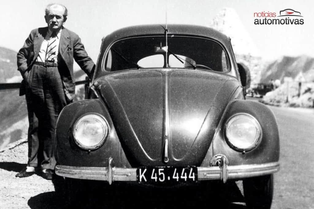 Ferdinand Porsche ao lado de um VW Fusca - Notícias Automotivas [Reprodução]
